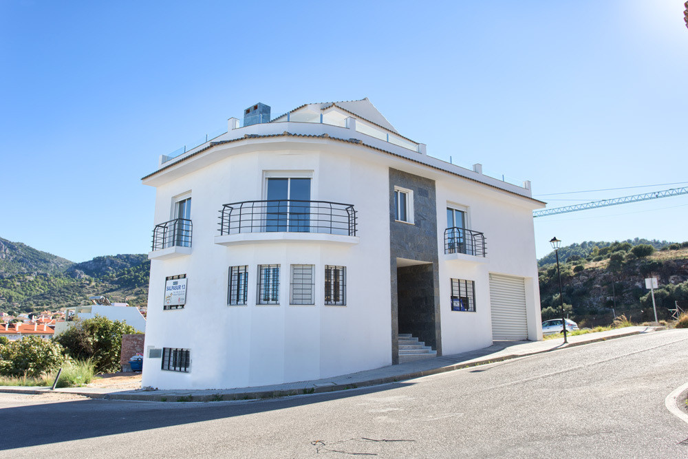 This very spacious (290 m2) corner townhouse is located just 500 meters from the main street of Alha,Spain