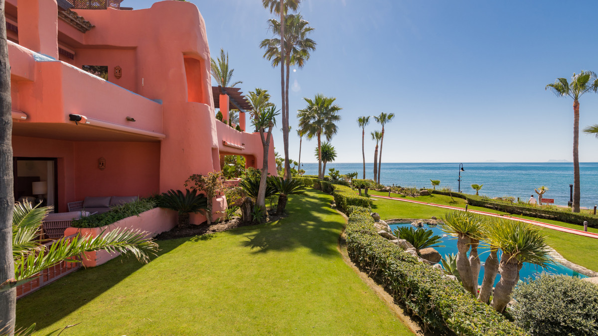 Wonderful garden apartment in this luxury beachfront complex on the New Golden Mile in Estepona. Loc,Spain