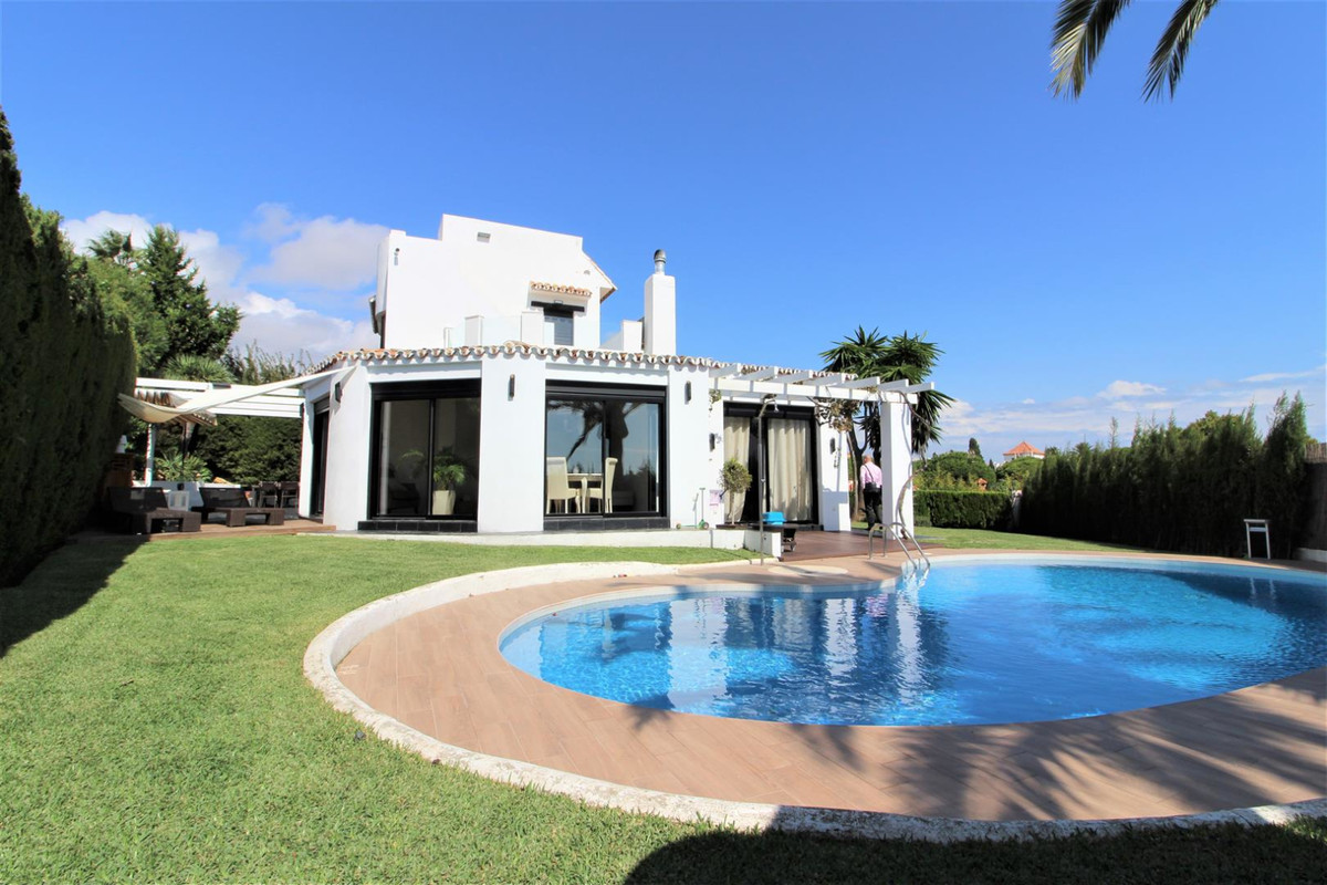 We present this cozy villa in a perfect enclave of Marbella, Calahonda. The house consists of three ,Spain