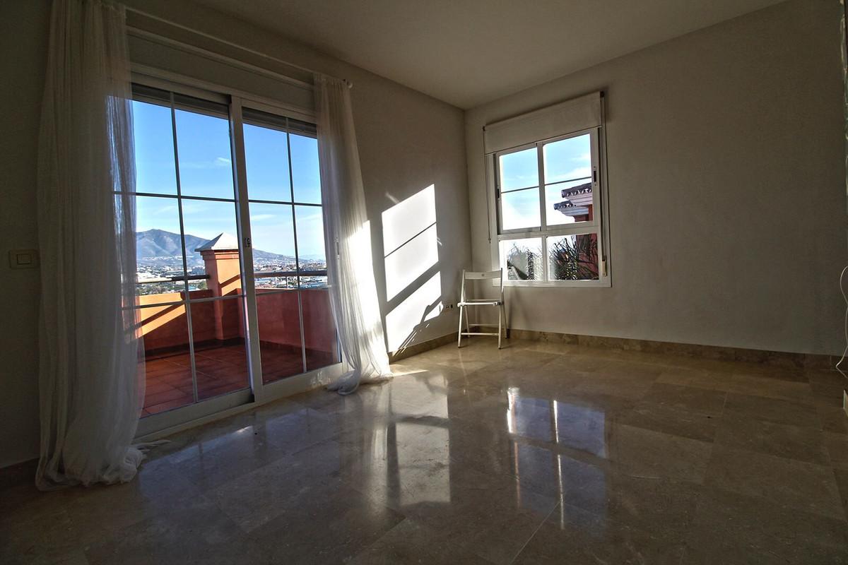 Villa con 4 Dormitorios en Venta Cerros del Aguila