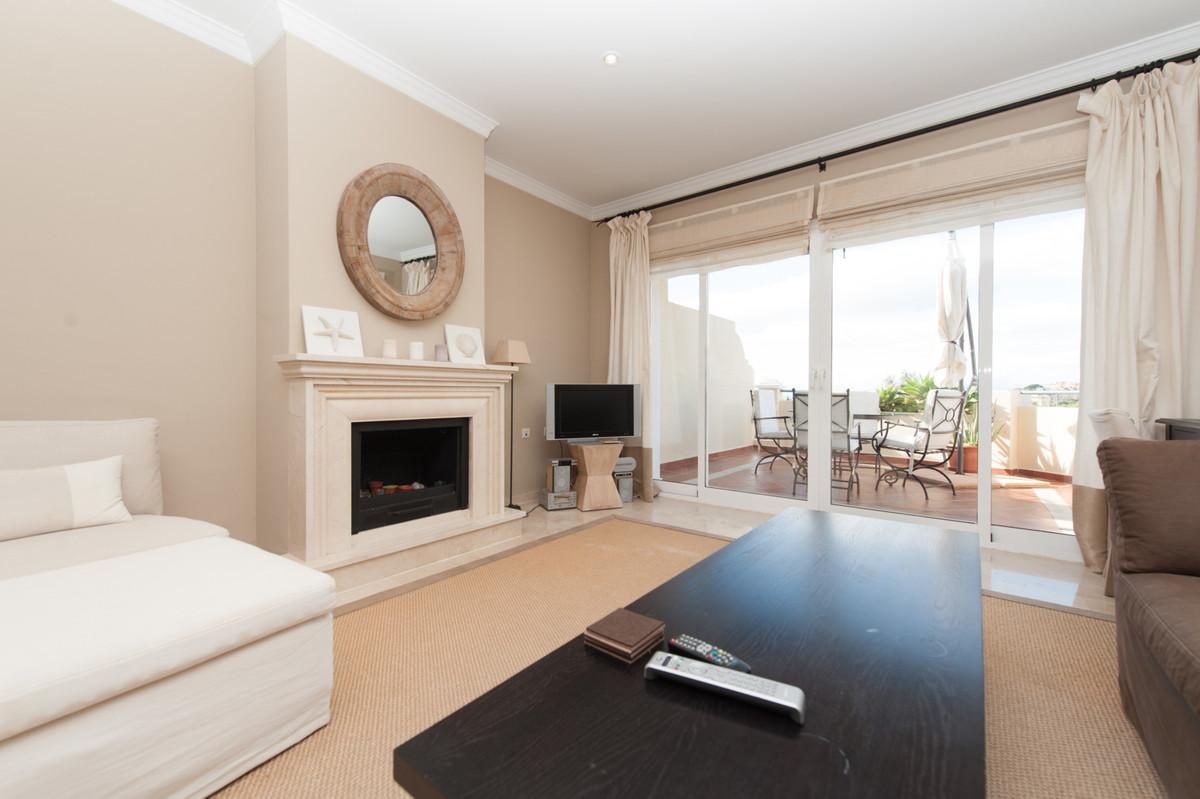 Excellent 2 bedroom duplex penthouse apartment in the Colorado Hills urbanization. Lovely views acroSpain