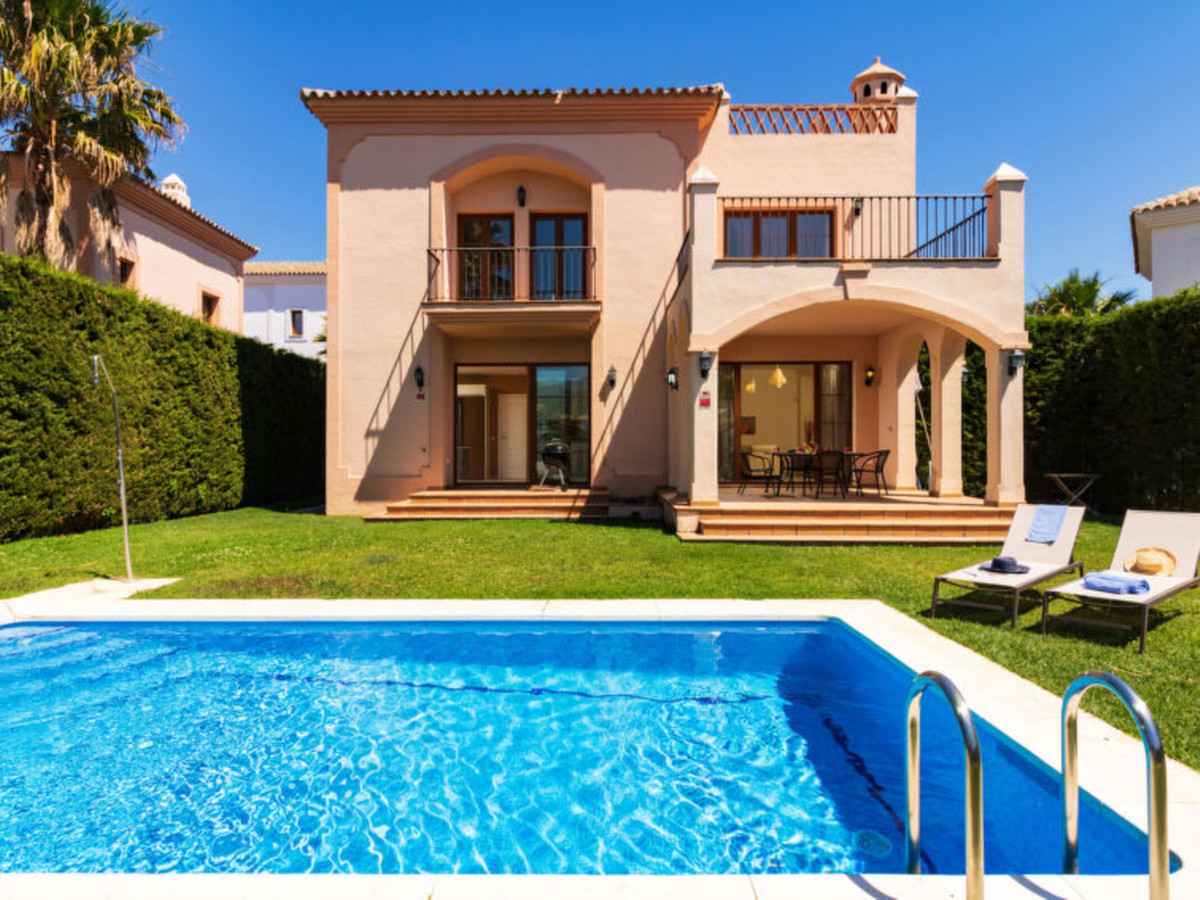 Wonderful frontline golf villa with lovely golf and mountain views located in La Resina area (New Go,Spain