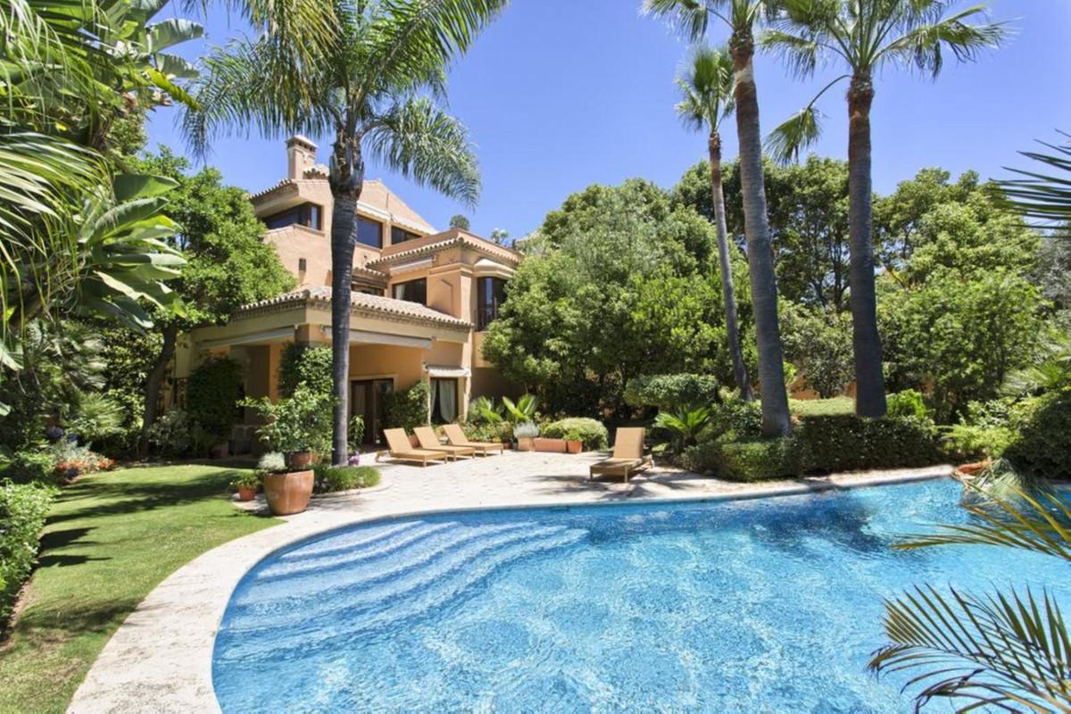 Beautiful, classic style villa in Altos de Puente Romano, an exclusive residential area on the Golde,Spain