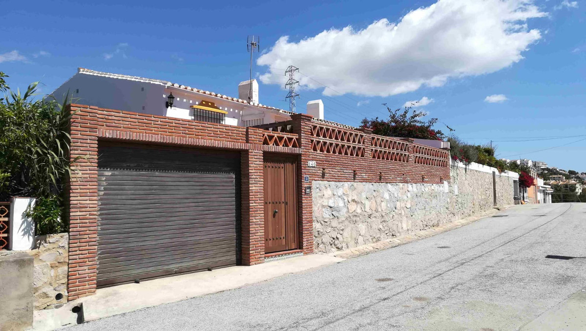 Lovely villa with private garden in a peaceful area, walking distance to the beach and all the shops,Spain
