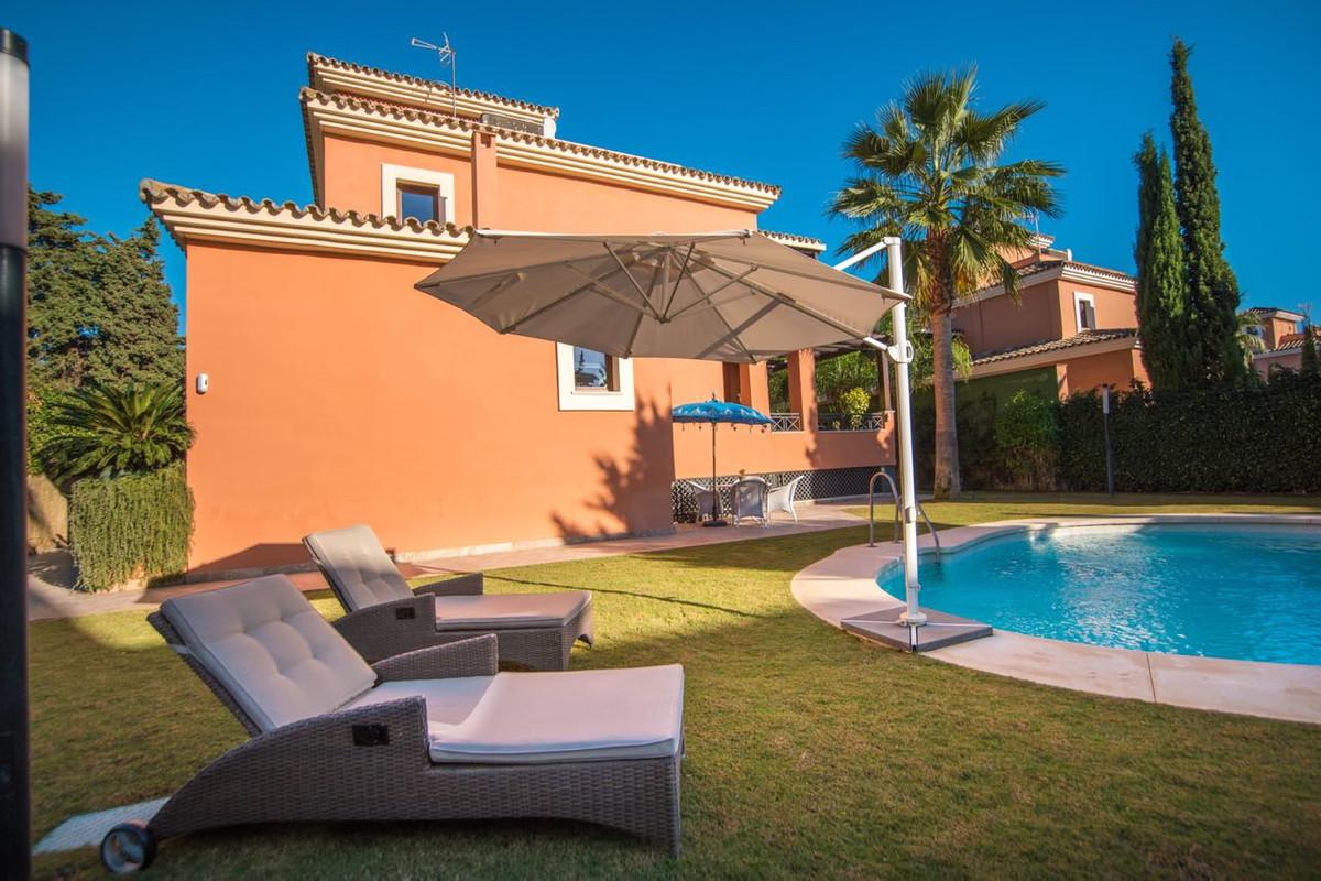 Villa  Independiente en venta  y en alquiler   en Los Monteros