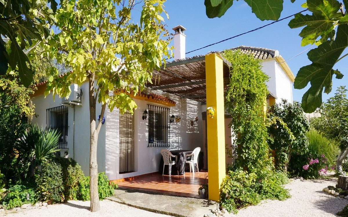 Cozy and spacious detached house with 3 bedrooms, 2 bathrooms and a lovingly maintained large garden,Spain