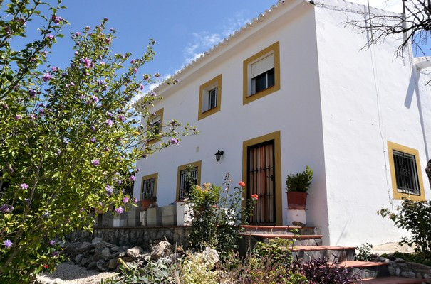 This beautiful and very spacious house with character, is located in one of the most desirable rural,Spain
