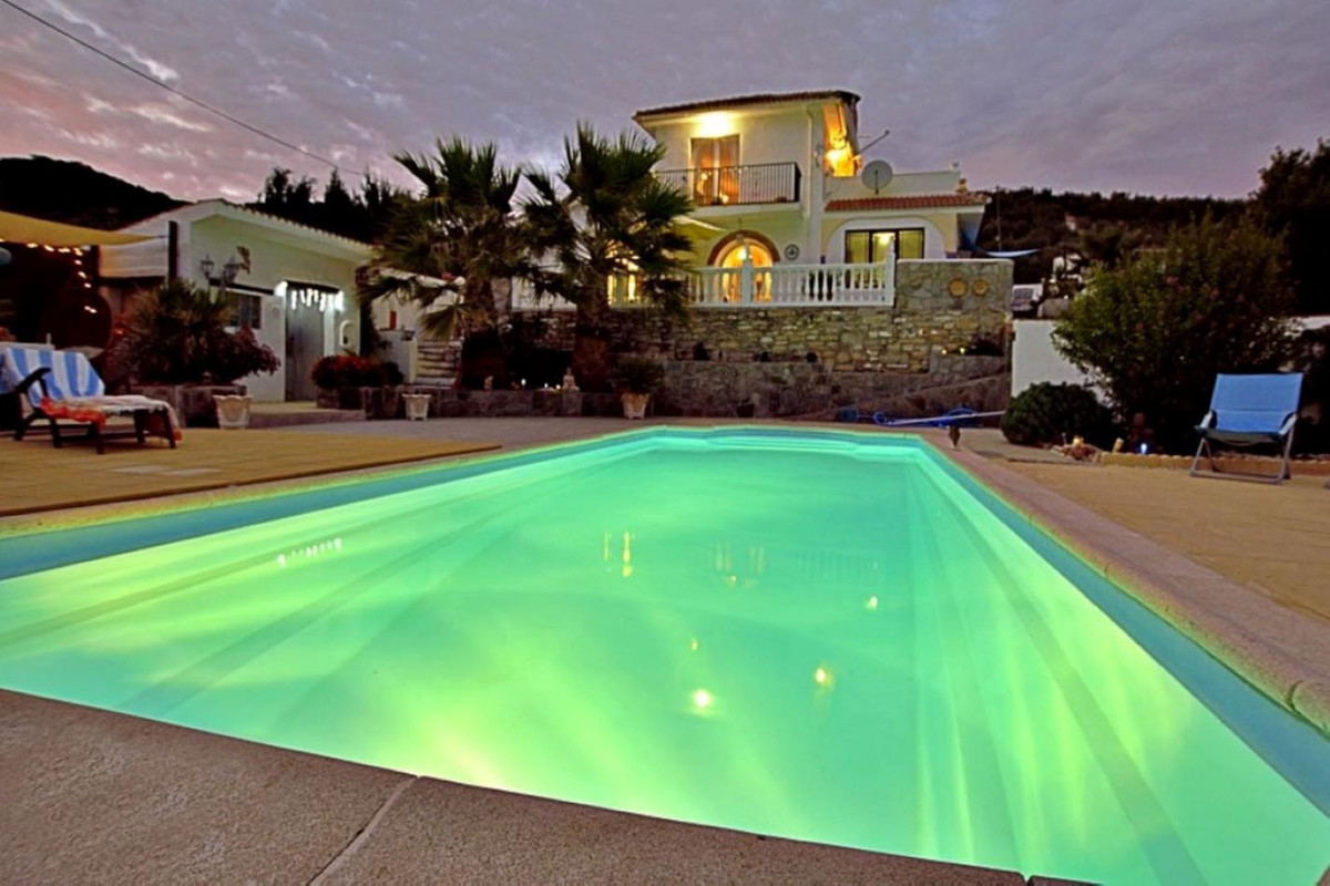 Welcome to this stunning country home located in the historic and picturesque town of Montefrio in t,Spain