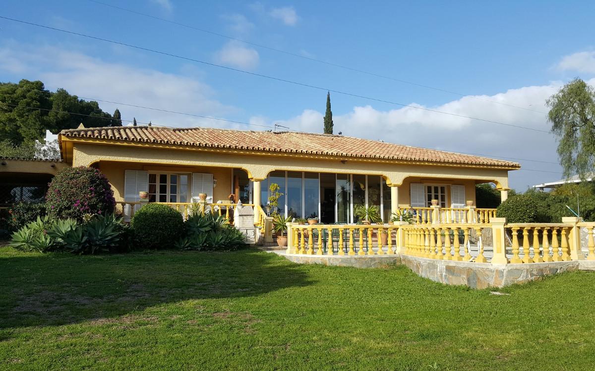 Delightful Villa in the much sought after area of El Paraiso, with 4 Bedrooms and 4 en-suite bathroo,Spain