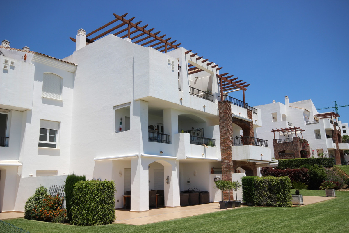 Very well mantained apartment located at Los Robles very close by the club house of Los Arqueros.  T,Spain