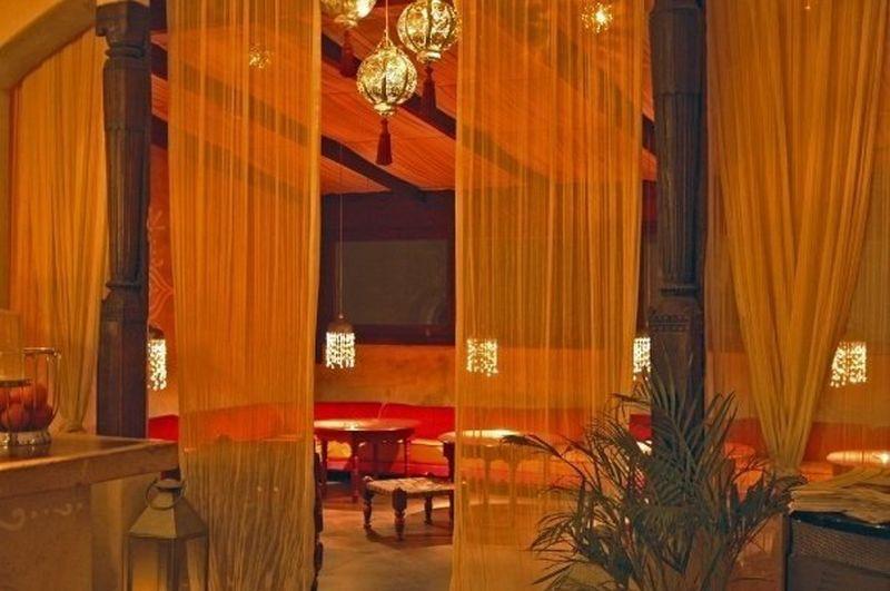 Local in Tarifa.  Local Arabic style. With an area of 200 m2 on 2 floors, main floor has bar and kit,Spain