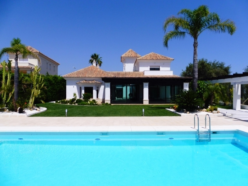 Elegant villa situated in the prestigious urbanization Santa Clara Golf with 24 hour security, close,Spain
