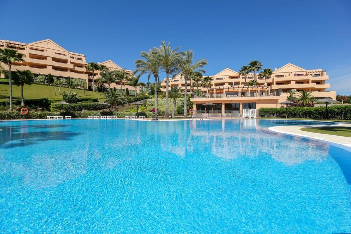 Long term rent. 2 bedroom, 2 bathroom middle floor apartment just off the Benahavis road. Fully furn,Spain