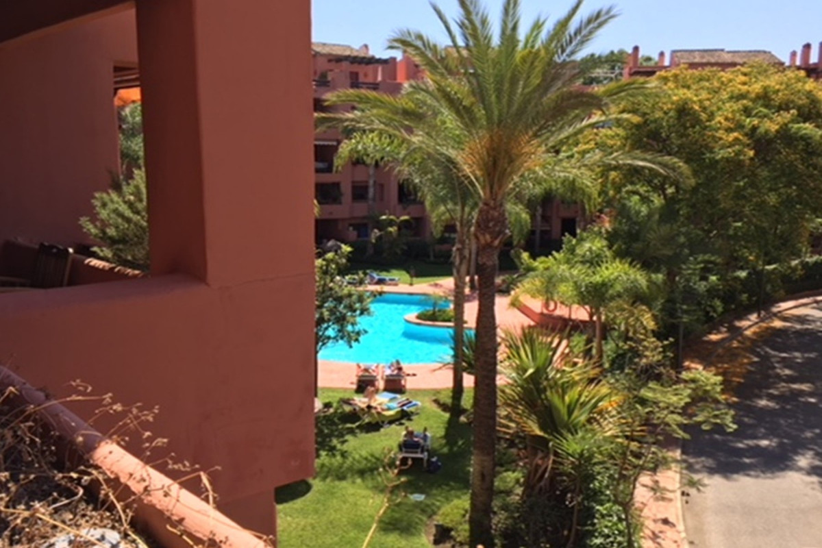 Apartament na środkowym piętrze w Marbella R3217942