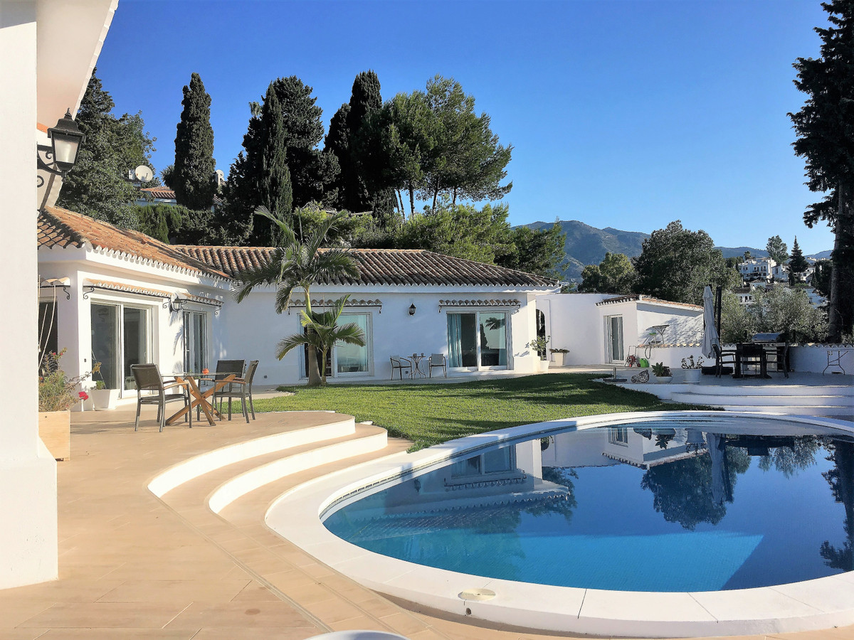 Magnicifent villa with panoramic views in Sierrezuela. This spacious villa is fully renovated and exSpain