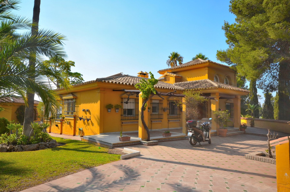 A lovely and spacious single-storey villa with a large beautiful garden, swimming pool and a private,Spain