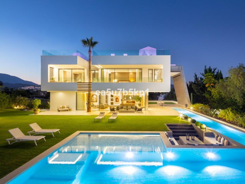 Detached Villa for sale in Nueva Andalucía R3908590