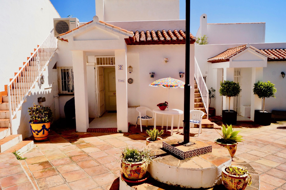 Welcome to a very homely Townhouse, with fantastic sea views in Benalmadena Costa. The house has an ,Spain