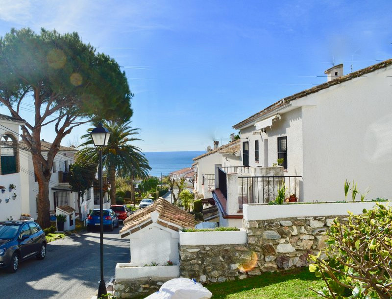 NEW LISTING PRICED TO SELL! 3 bed apartment walking distance to Carvajal Beach, just €225,000 This 3,Spain