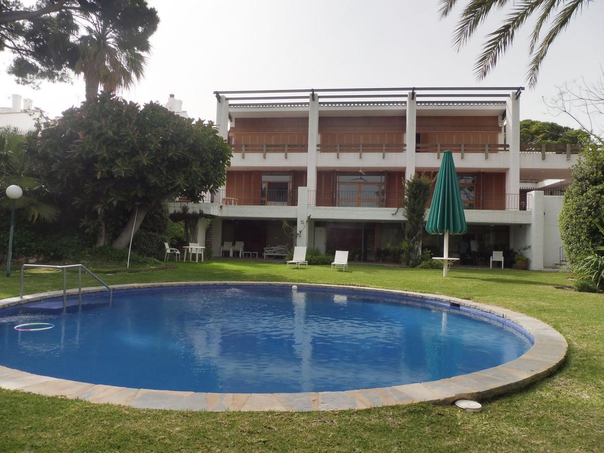Villa 14 Dormitorios en Venta Torremolinos