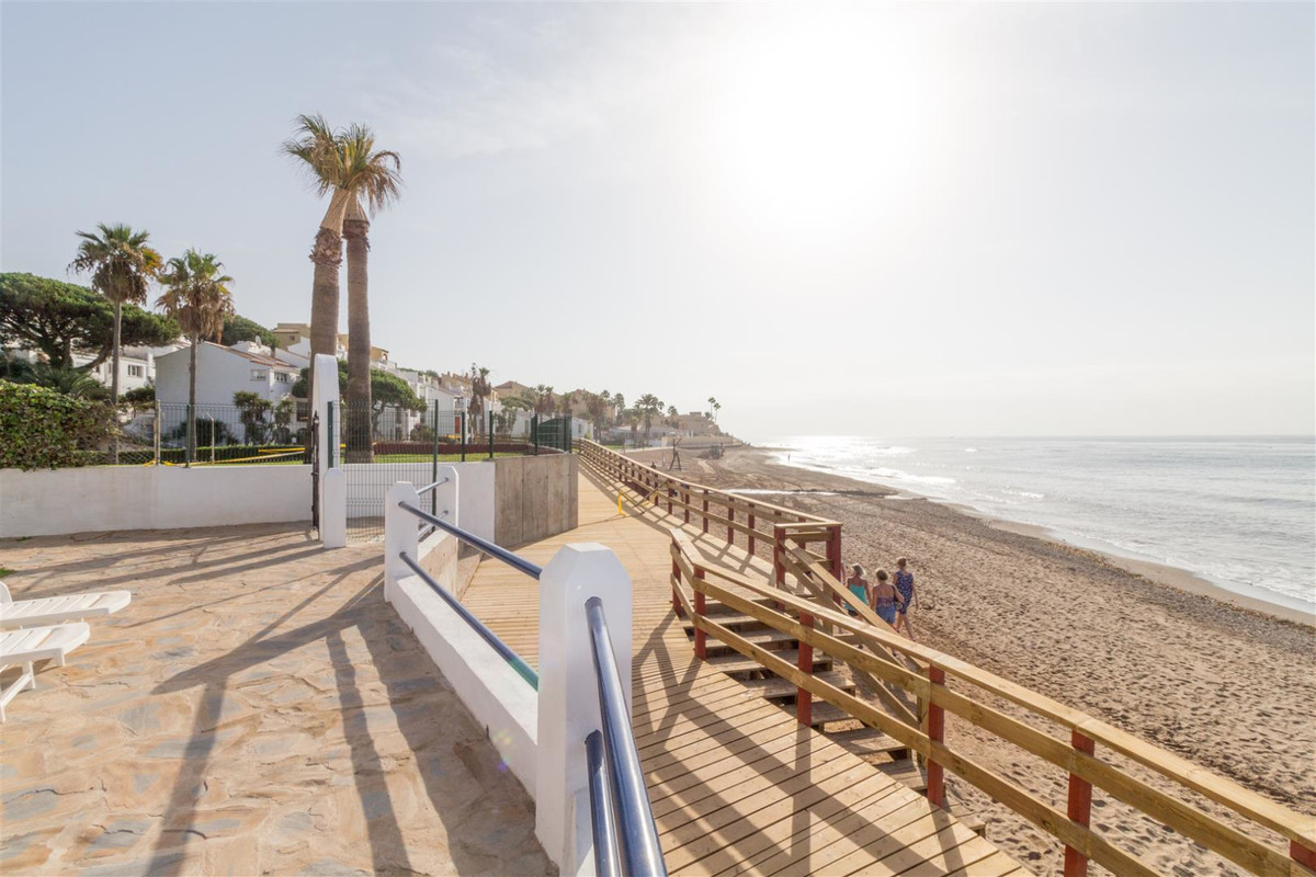 Beach Front Complex, Calahonda. This is a fully renovated and spacious 1 bedroom south facing apartm,Spain