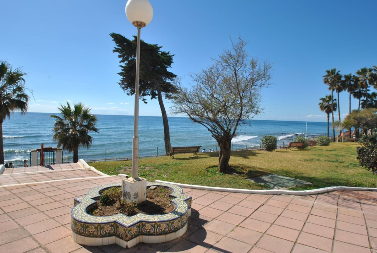 A fantastic studio apartment in a front line beach development in Calahonda.  This large studio apar,Spain