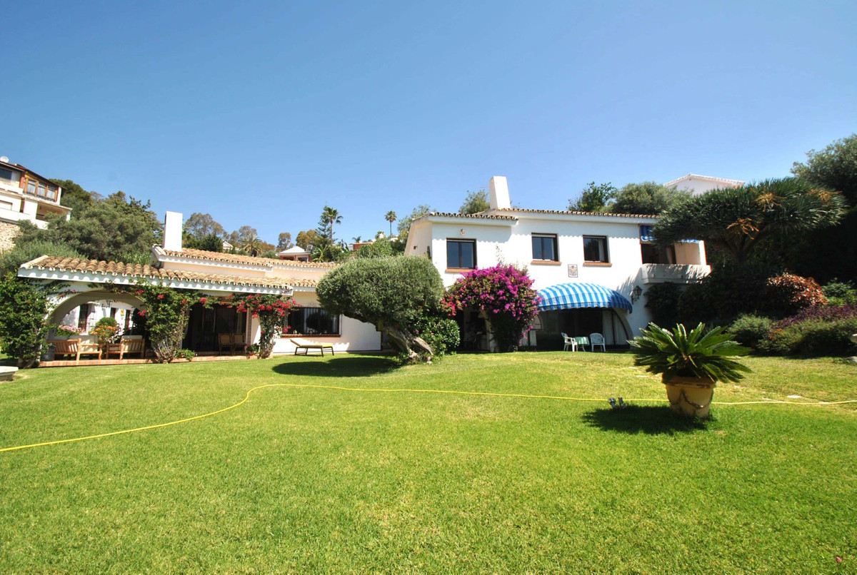 A simply stunning Andalusian style villa on a huge double plot of 1981m2 in the popular Area of Torr,Spain