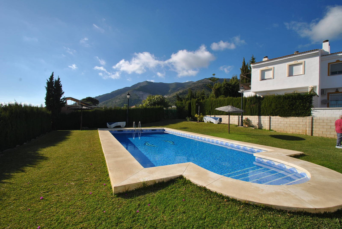 A wonderful semi detached townhouse ideally located within a ten minute flat walk to the popular Mij,Spain