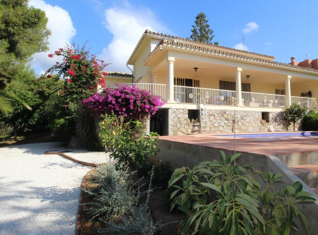 House in Artola R3318487 1