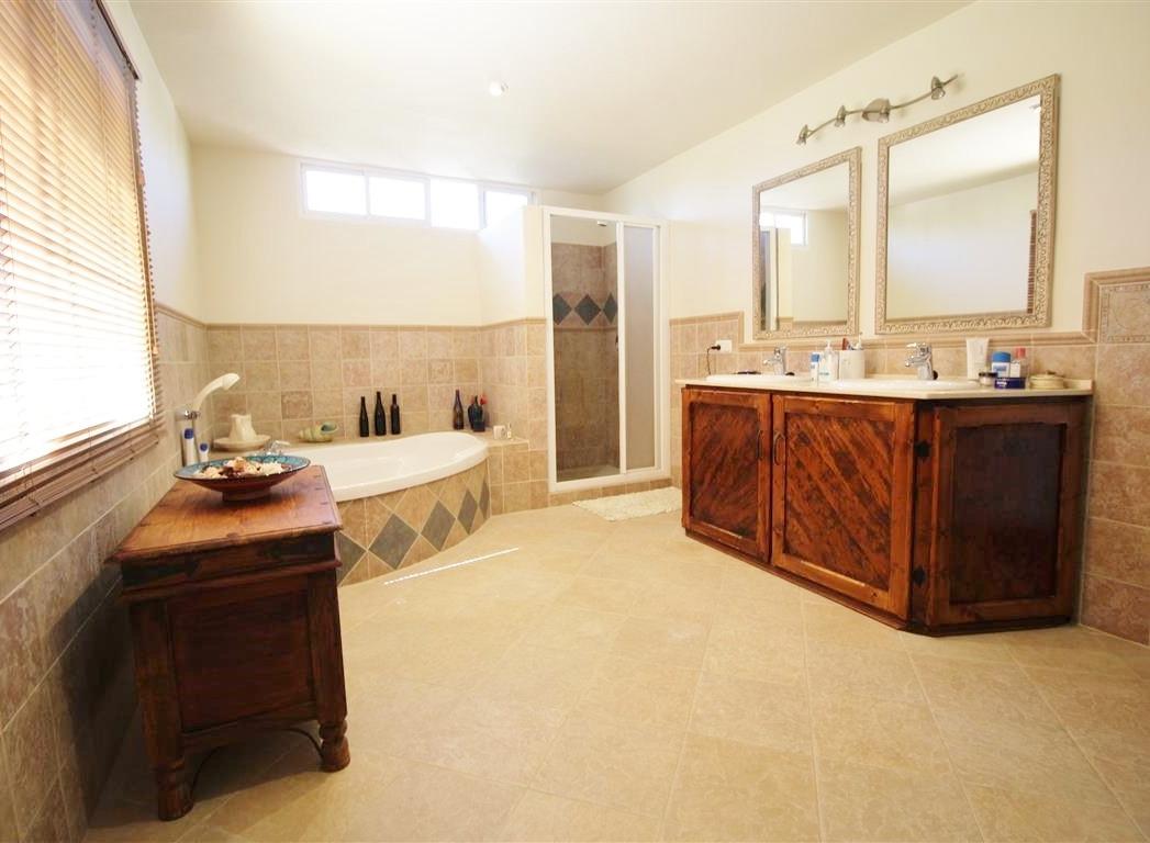 House in Artola R3318487 10