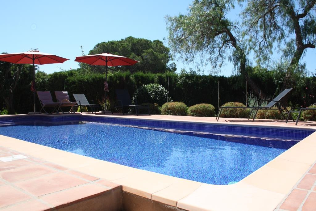 House in Artola R3318487 2
