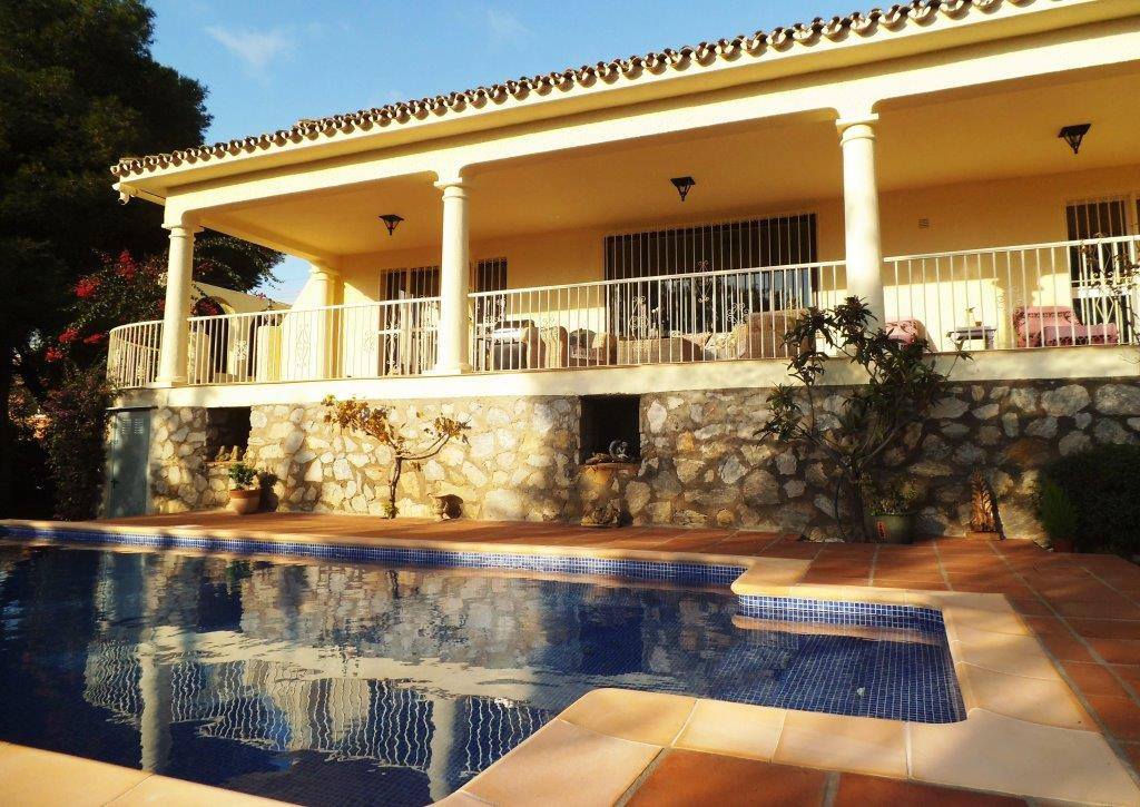 House in Artola R3318487 5