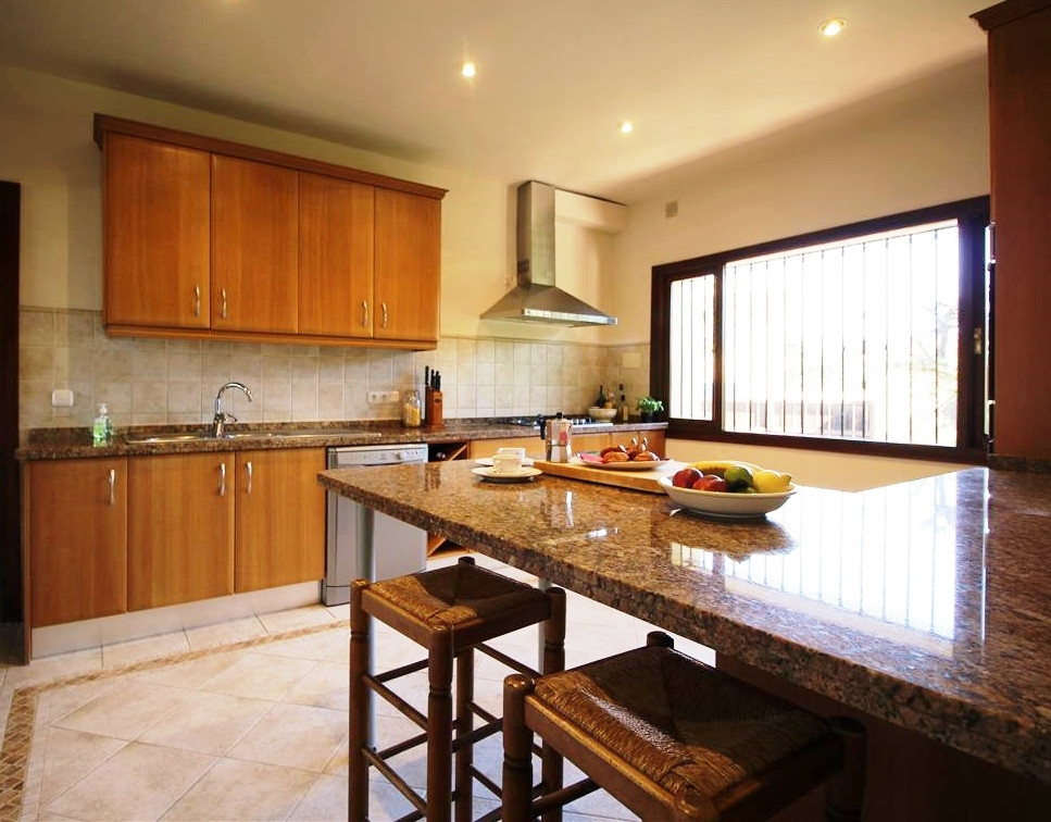 House in Artola R3318487 7