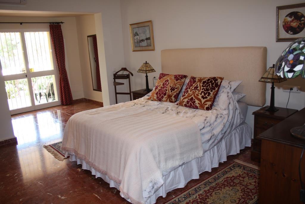 House in Artola R3318487 9