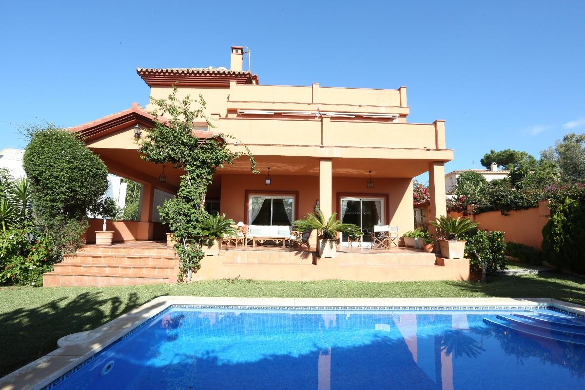Villa 8 Dormitorios en Venta Elviria