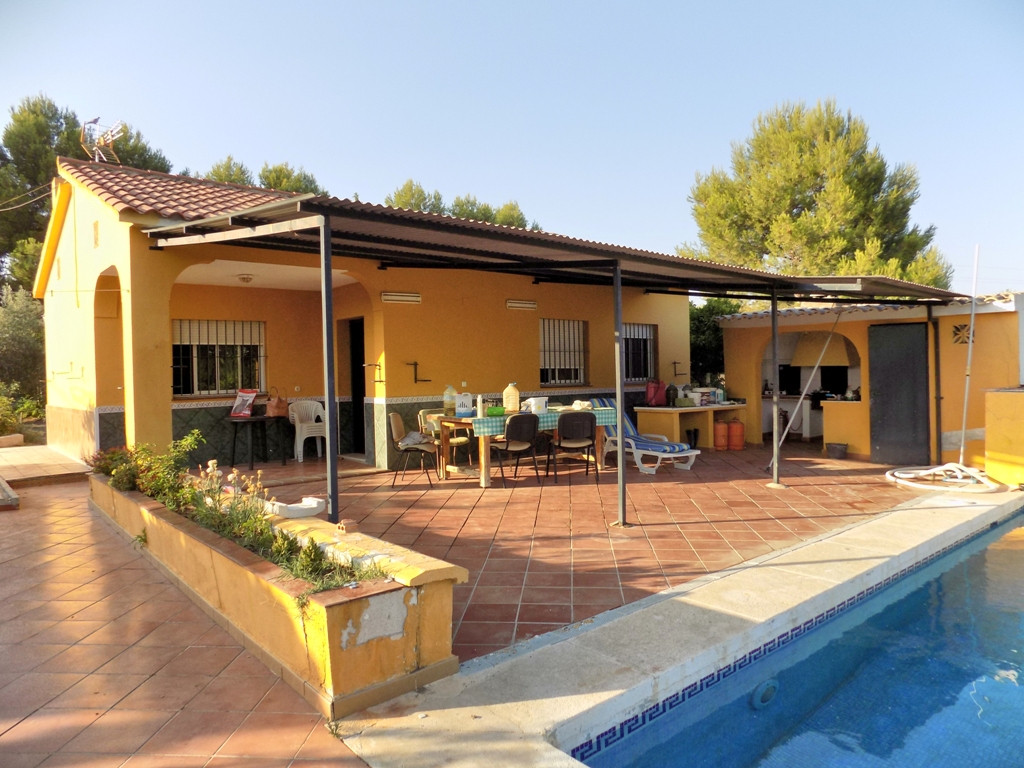 Located a short distance on a decent track from the Coin to Cartama road, this lovely country house ,Spain