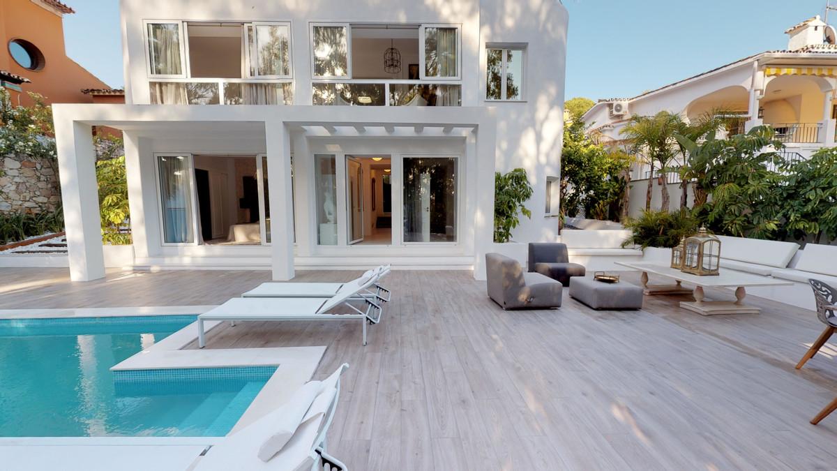 Detached Villa for sale in Nueva Andalucía R3361855