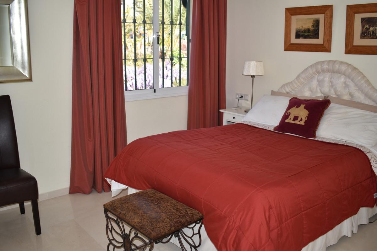 Villa con 5 Dormitorios en Venta Elviria