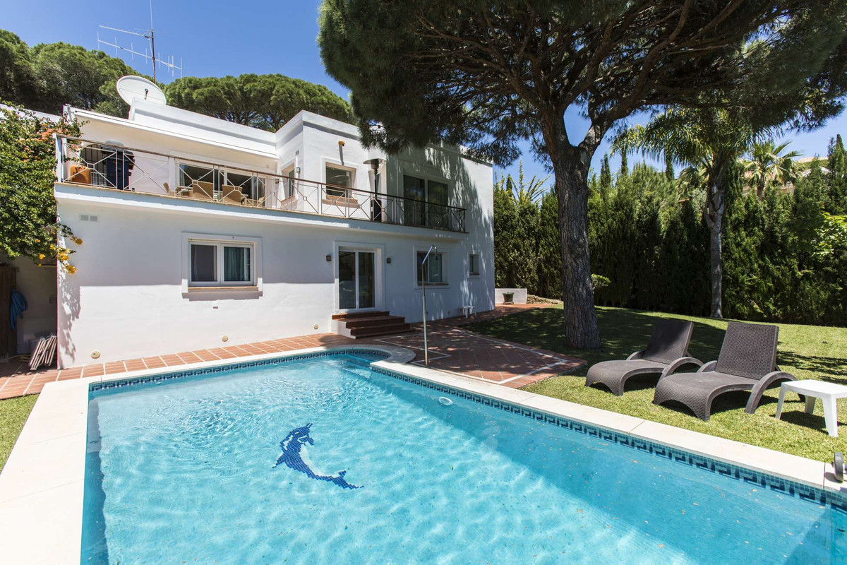 This modern and private villa is on two floors, and is ideally located only 7-8 minutes walking dist,Spain