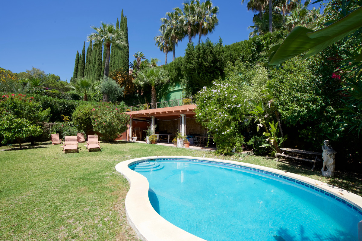 Detached Villa in Nueva Andalucía R3419863
