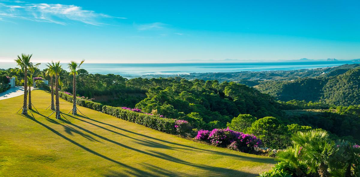 Elegant 5 bedroom villa with fantastic panoramic views in natural reserve area, New Golden Mile, Est,Spain