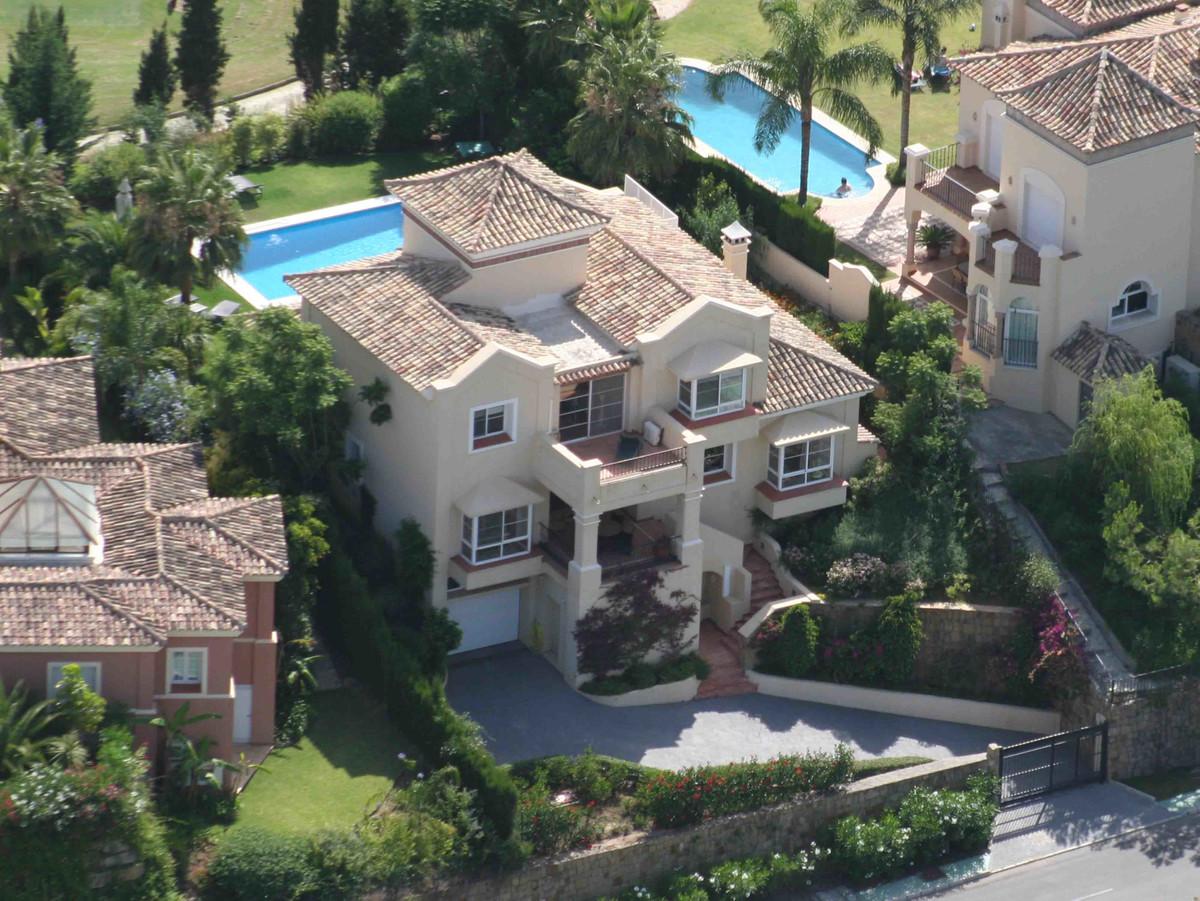 Elegant villa located on the first line of the Golf de la Quinta, 3 spacious bedrooms, 3 bathrooms a,Spain