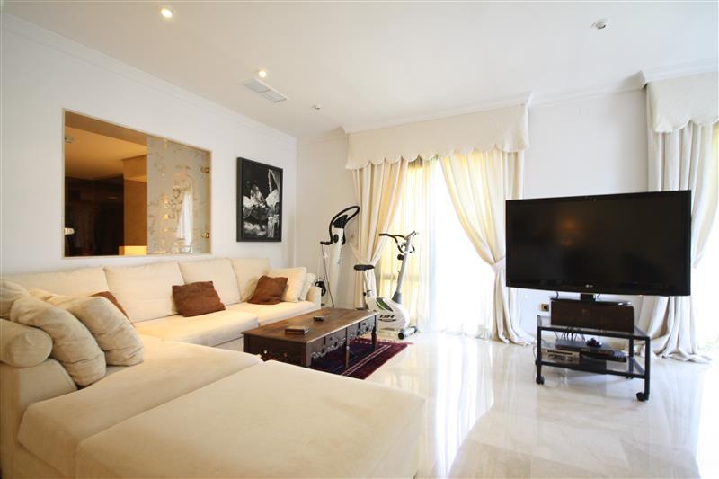 House in Los Monteros R2043104 3