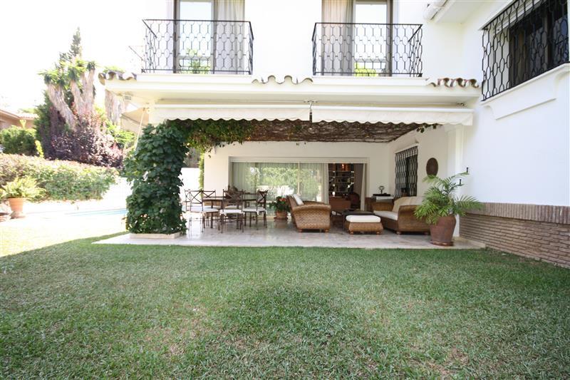 Villa con 6 Dormitorios en Venta Los Monteros