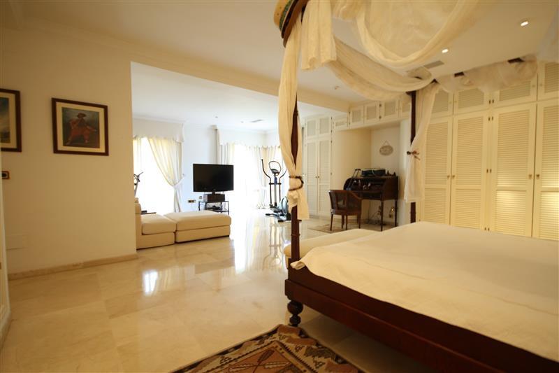 House in Los Monteros R2043104 8