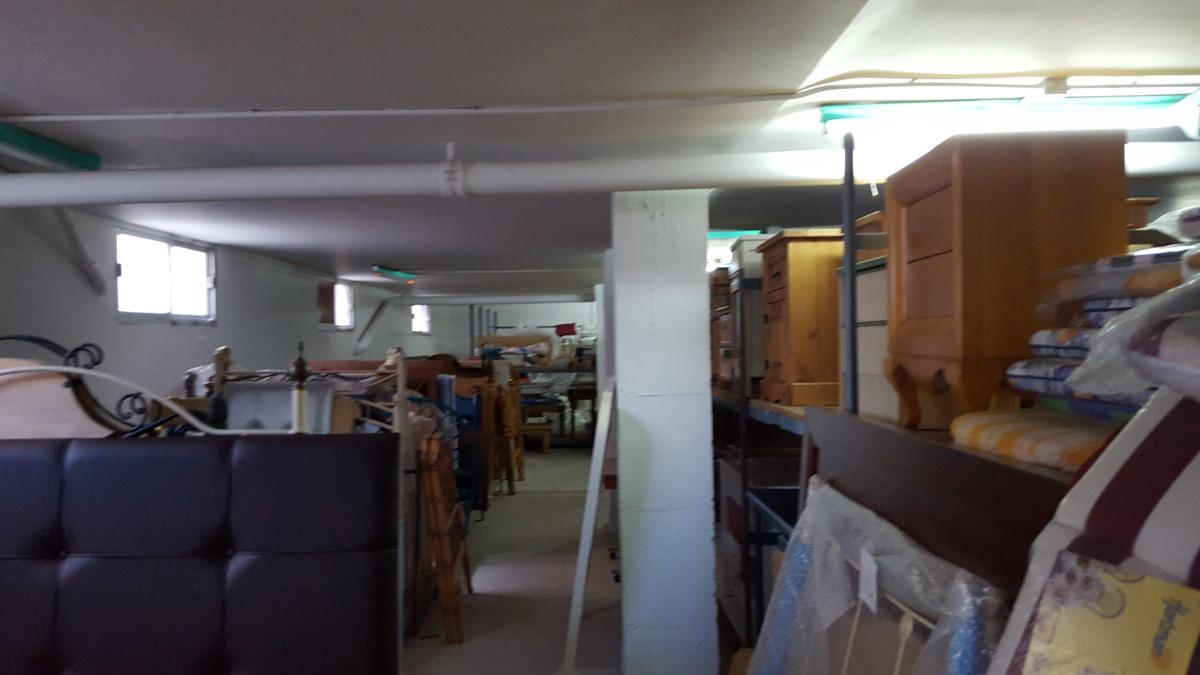 very comercial area in San Pedro de Alcantara. The half basement has the option to through the walls,Spain