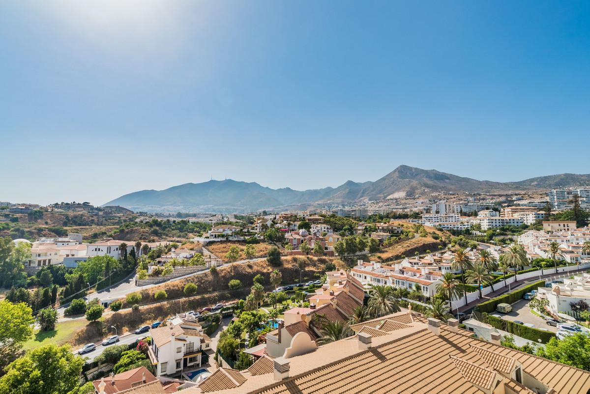 Beautiful family home in Benalmadena close by famous Parque de la Paloma. This duplex penthouse is e,Spain