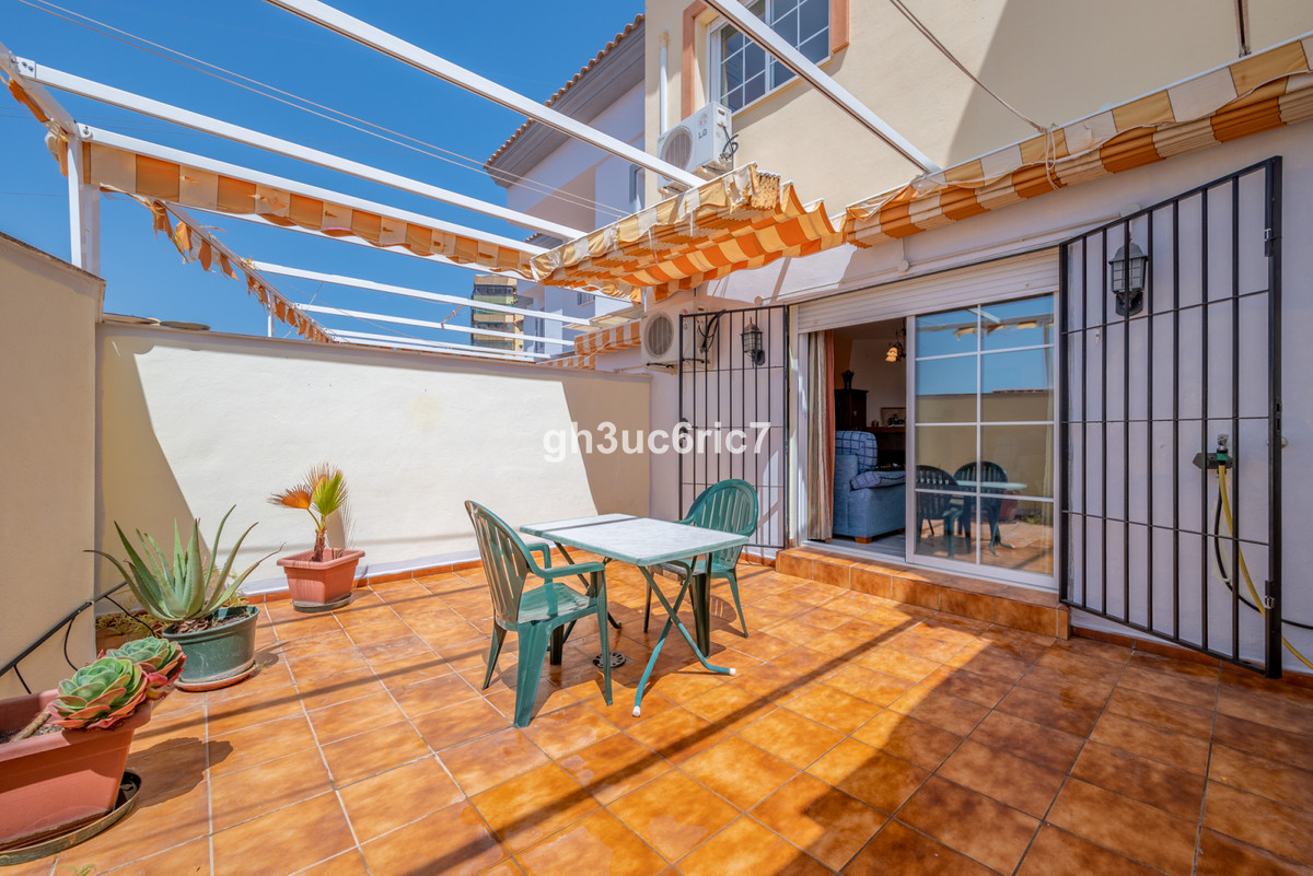 Welcome to this beautiful Townhouse located right on the border between Torreblanca and Los Pacos inSpain