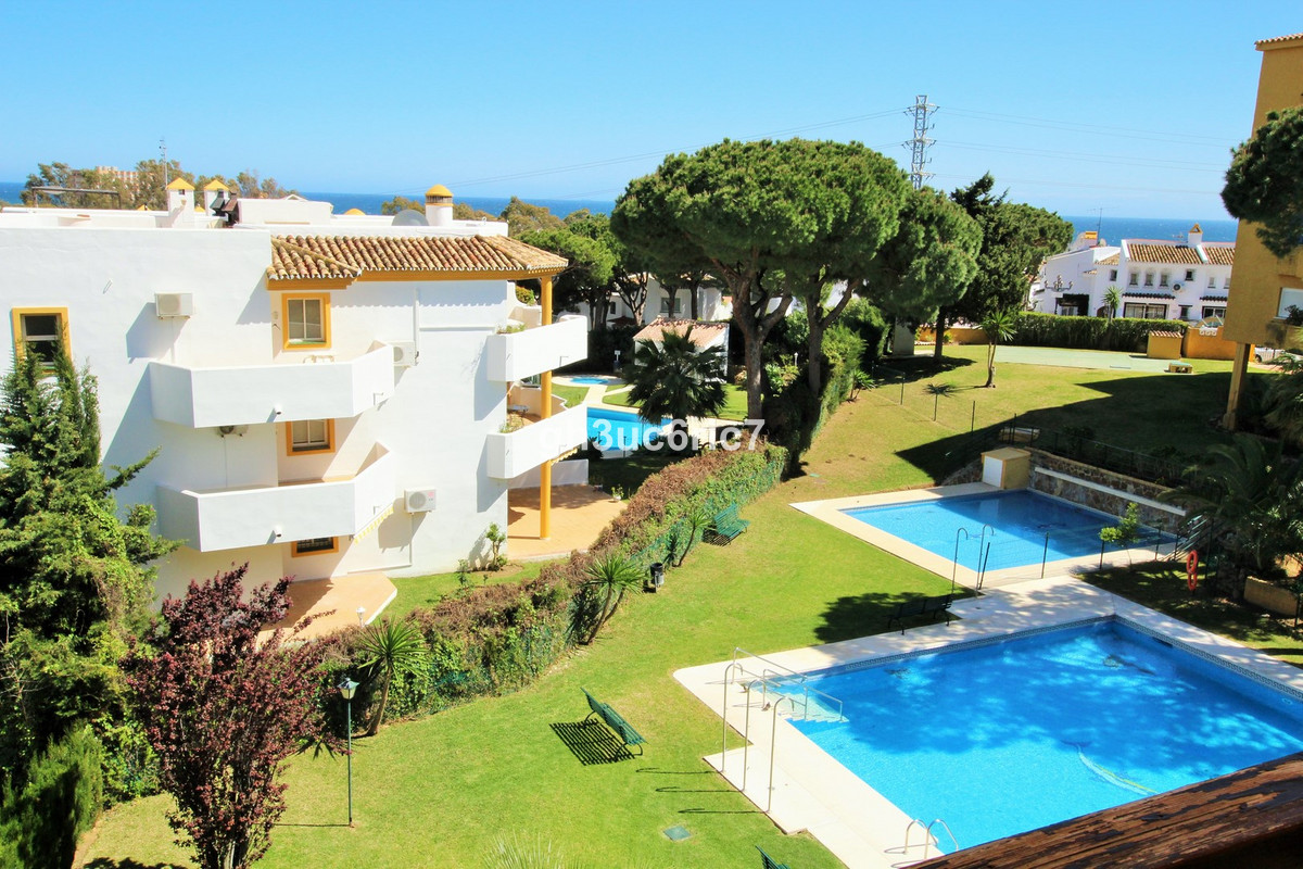 Location, location!! Lovely and bright 2 bedroom apartment conveniently located in lower Calahonda a,Spain