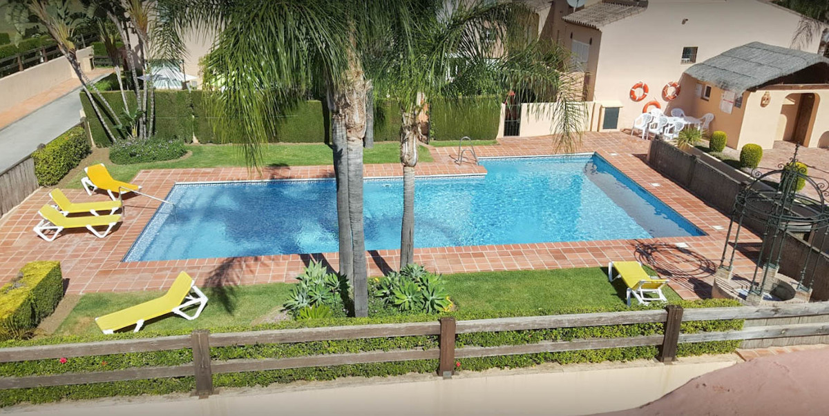 Condes de Iza is a gated community conveniently located in the Nueva Andalucia area of Marbella, clo,Spain
